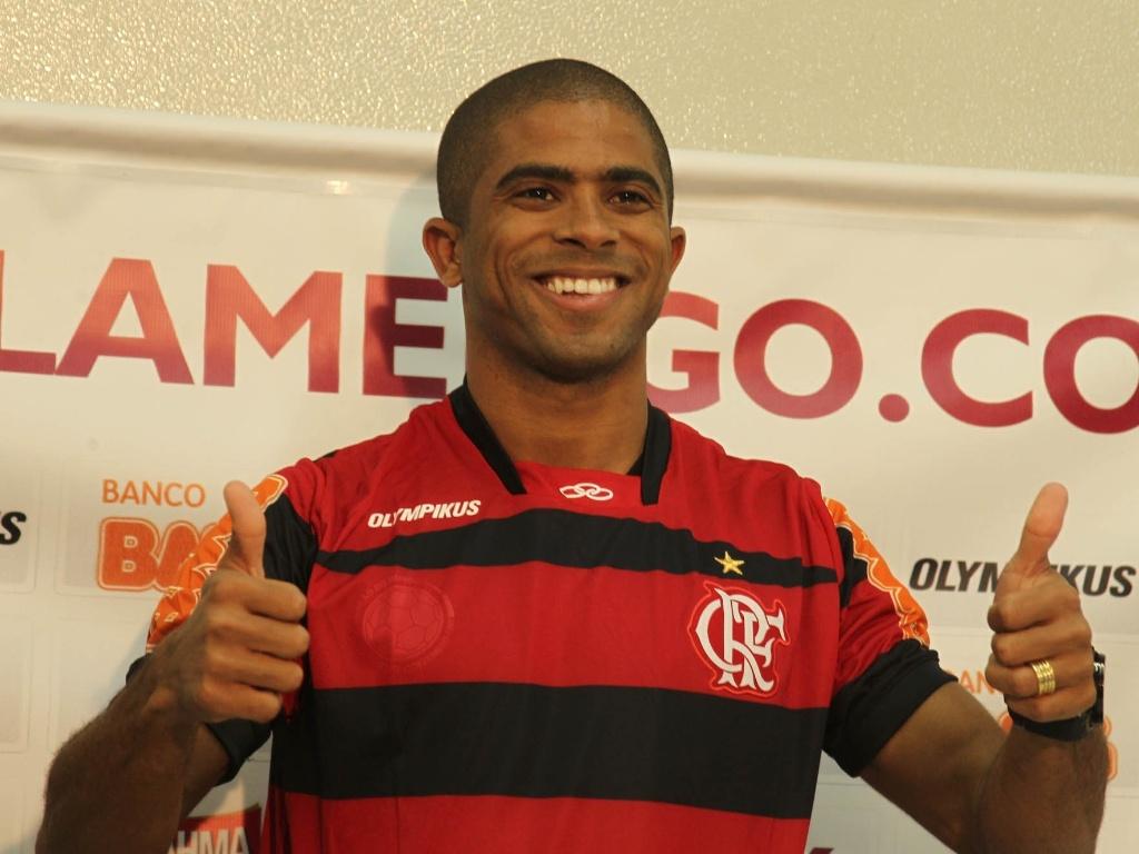 Junior Cesar é apresentado oficialmente como novo reforço do Flamengo (25/05/2011)