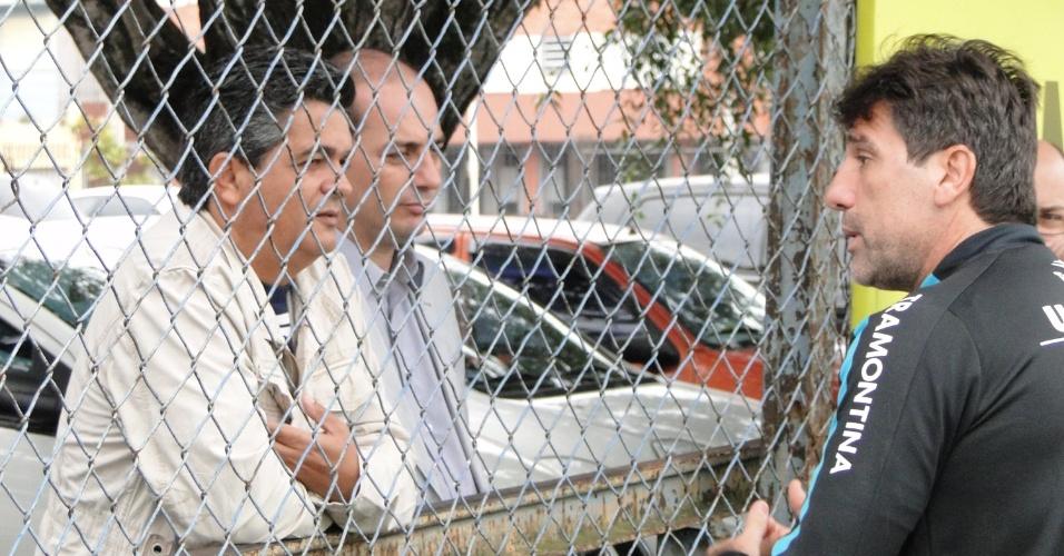 Técnico Ney Franco conversa com Renato Gaúcho durante visita ao Grêmio (25/05/2011)