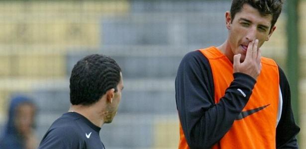 Tevez e Marquinhos conversam um dia depois de briga em treino do Corinthians