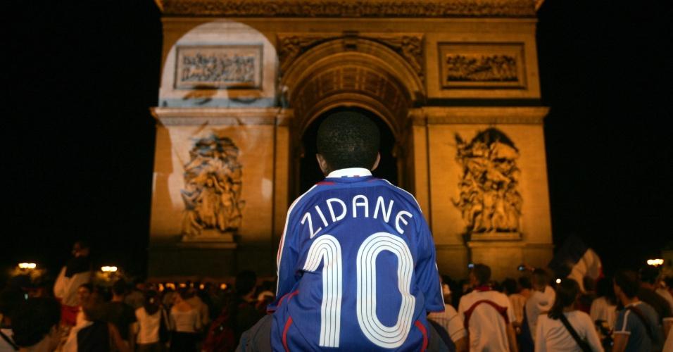 Garoto vai às ruas de Paris com a camisa de Zidane e apoia a seleção francesa na Copa de 2006