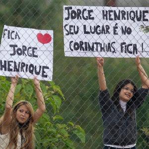 No treino do Corinthians, torcedoras exibem cartazes pedindo a permanência de Jorge Henrique