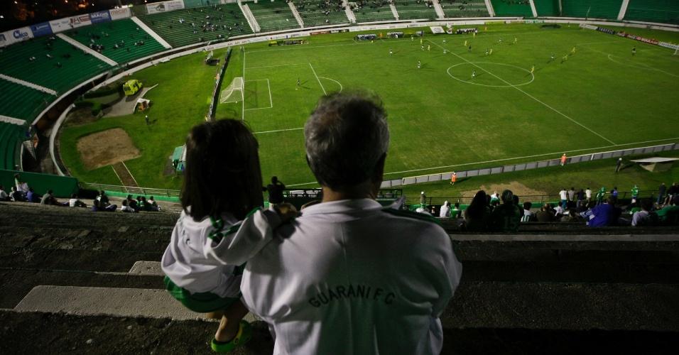 Torcedores assistem ao jogo entre Guarani e Horizonte, pela Copa do Brasil, no estádio Brinco de Ouro da Princesa, em Campinas  (30/03/2011)