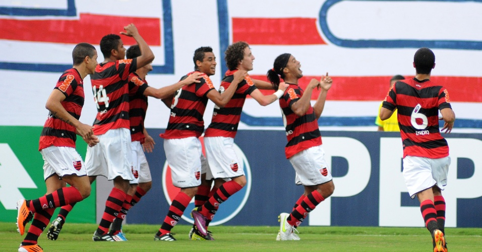 Ronaldinho comemora seu gol com os companheiros durante Bahia x Fla (29/05/2011)