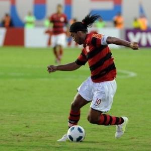 Ronaldinho enfrenta a marcação do Bahia durante o empate em 3 a 3 (29/05/11)