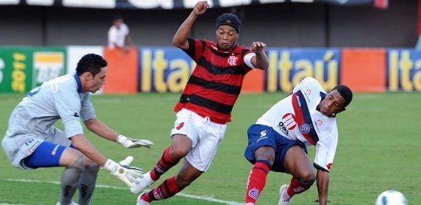 Ronaldinho Gaúcho, do Flamengo, tenta passar pela marcação do Bahia (29/05/2011)