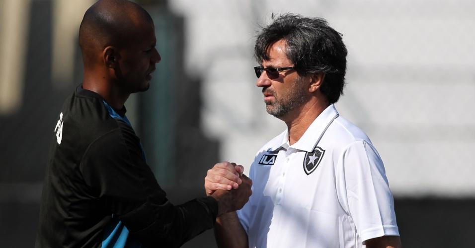 Caio Júnior aperta a mão de Jefferson no treinamento do Botafogo (31/05/2011)