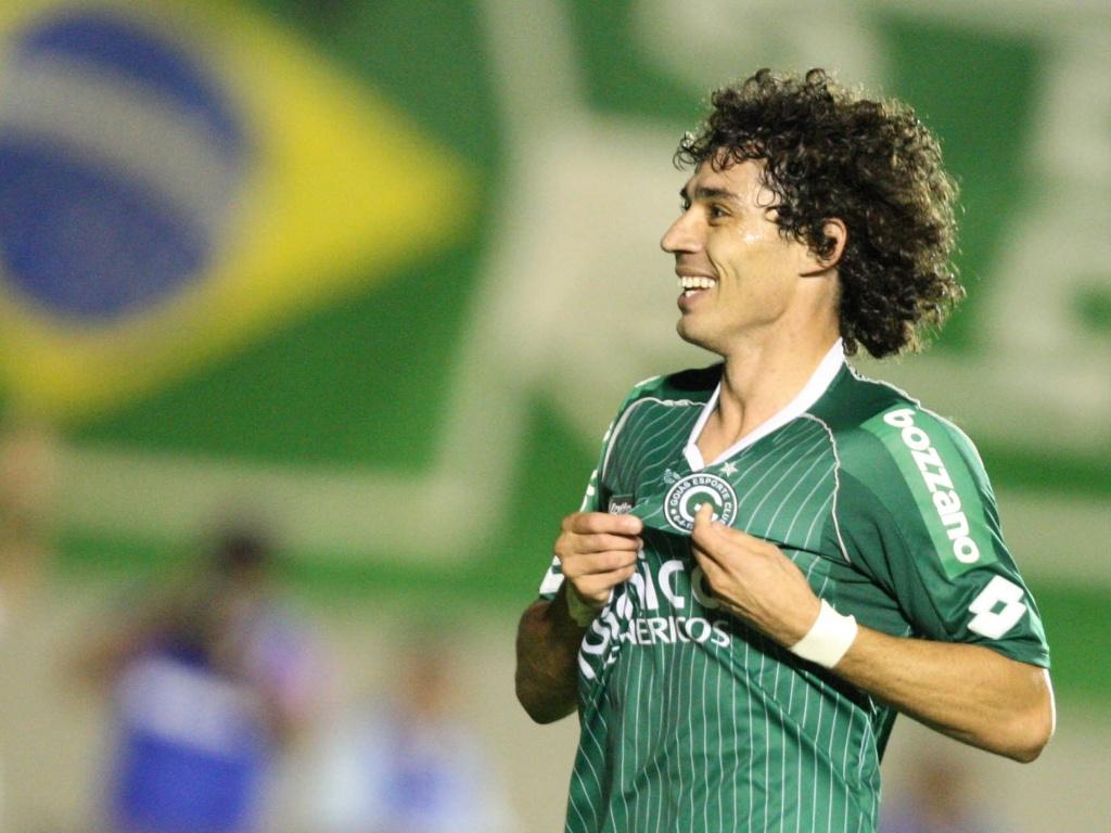 Diniz, do Goiás, comemora gol contra o ASA pela Série B.