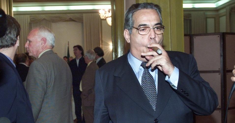 Ex-presidente do Vasco, Eurico Miranda fuma charuto ao deixar reunião do Clube dos 13 (19/07/2002)