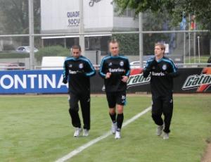 Fabio Rochemback, Marquinhos e Adilson correram ao redor do gramado suplementar do Olímpico