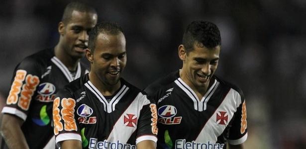 Alecsandro e Diego Souza comemoram o gol da vitória vascaína por 1 a 0