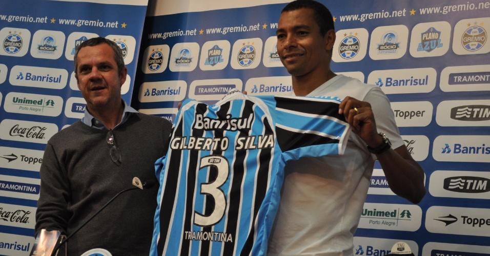 Antônio Vicente Martins (e) entrega camisa a Gilberto Silva (d), apresentado como jogador do Grêmio (02/06/2011)