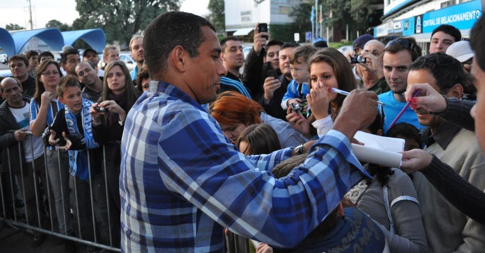 Gilberto Silva dá autógrafos aos torcedores do Grêmio no estádio Olímpico (02/06/2011)