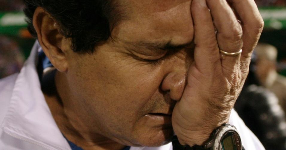 Muricy coloca a mão no rosto depois de ser atingido por um objeto da torcida do Cerro (01/06/11)