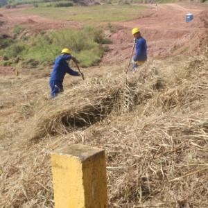 Operários limpam terreno do futuro Itaquerão, um dos estádios que está com as obras atrasadas