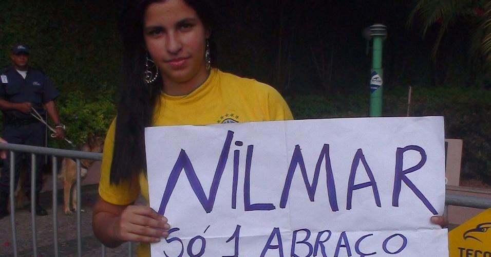 Torcedora ergue cartaz e pede um abraço de Nilmar em Goiânia, onde treina a seleção brasileira