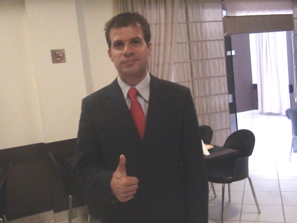 Túlio posa para foto em seu gabinete (02/06/11)