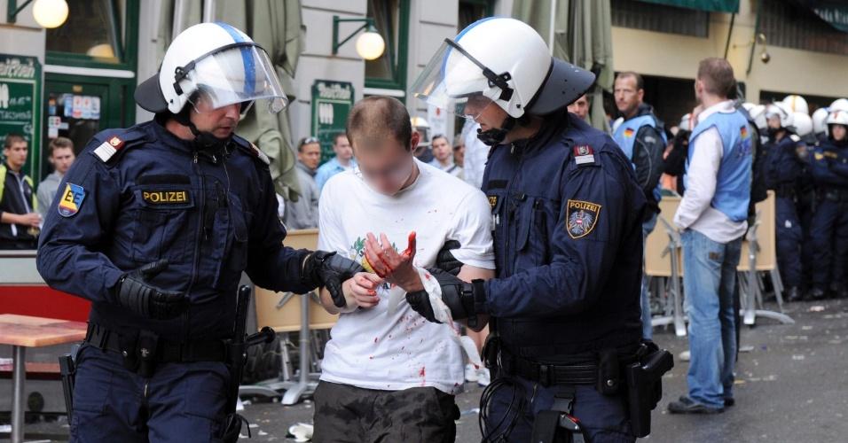 Polícia austríaca leva torcedor para a delegacia após atos de vandalismo e confronto no centro da capital Viena. O fato deu-se antes da partida entre Áustria e Alemanha, válida pelas eliminatórias da Eurocopa 2012.