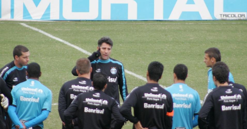 Renato Gaúcho orienta jogadores do Grêmio em treinamento (03/06/2011)