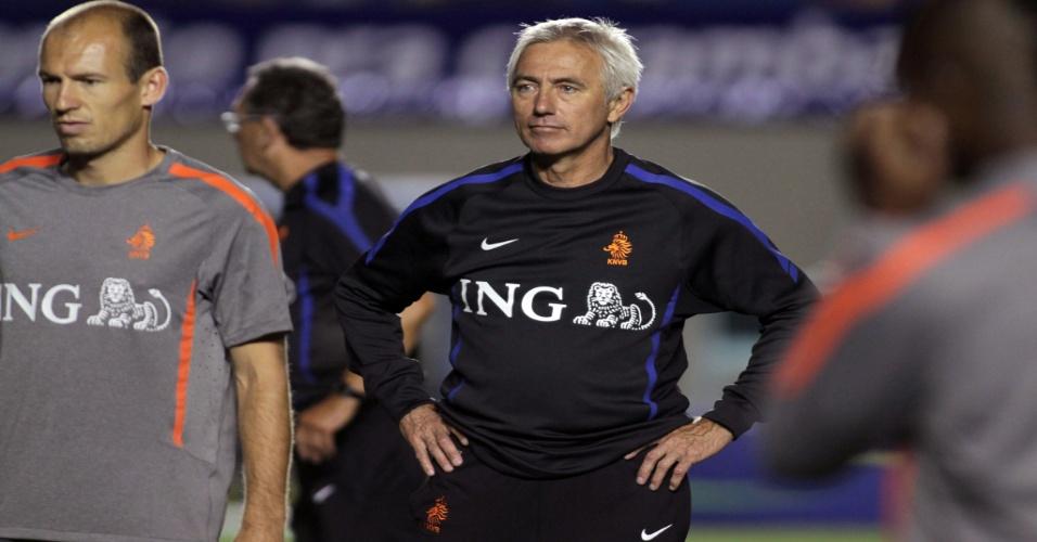 Técnico da Holanda, Bert van Marwijk, comanda treino antes de amistoso contra o Brasil ao lado de Robben (03/06/2011)