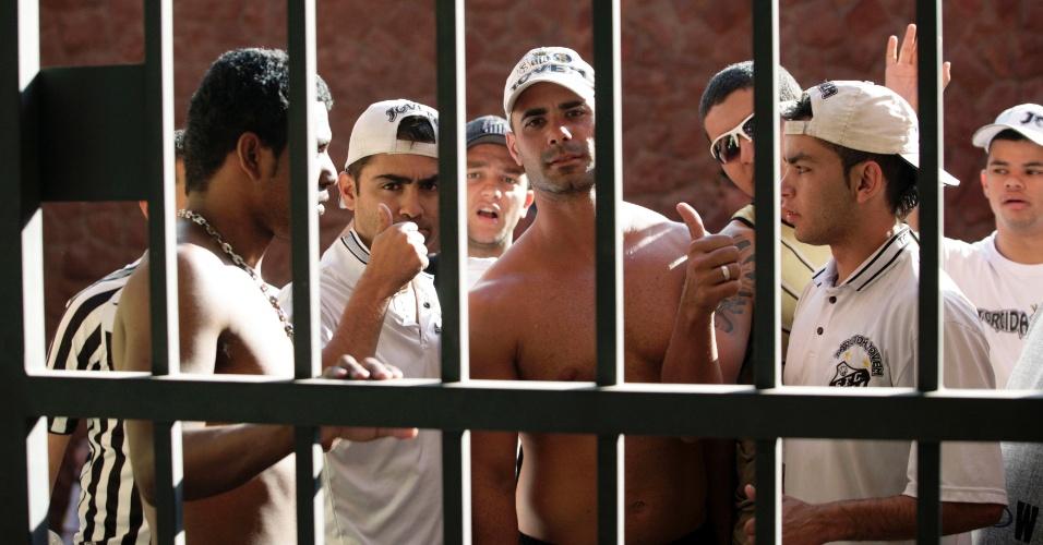 Torcedores santista são detidos após acusação de roubo e vandalismo em Assunção, no Paraguai
