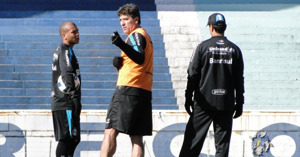 Técnico Renato Gaúcho do Grêmio conversa com o lateral Gabriel no treino deste sábado no Olímpico (04/06/2011)