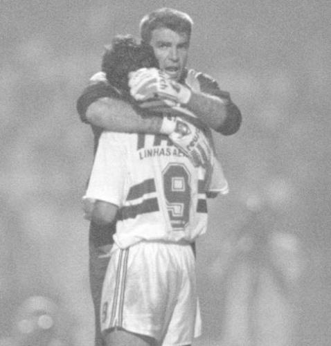 Zetti abraça Palhinha na final da Libertadores de 1994