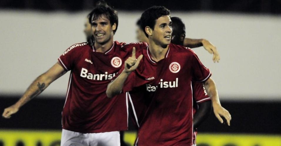 Cavenaghi e Oscar (d) marcaram na vitória do Inter diante do América-MG (05/06/11)