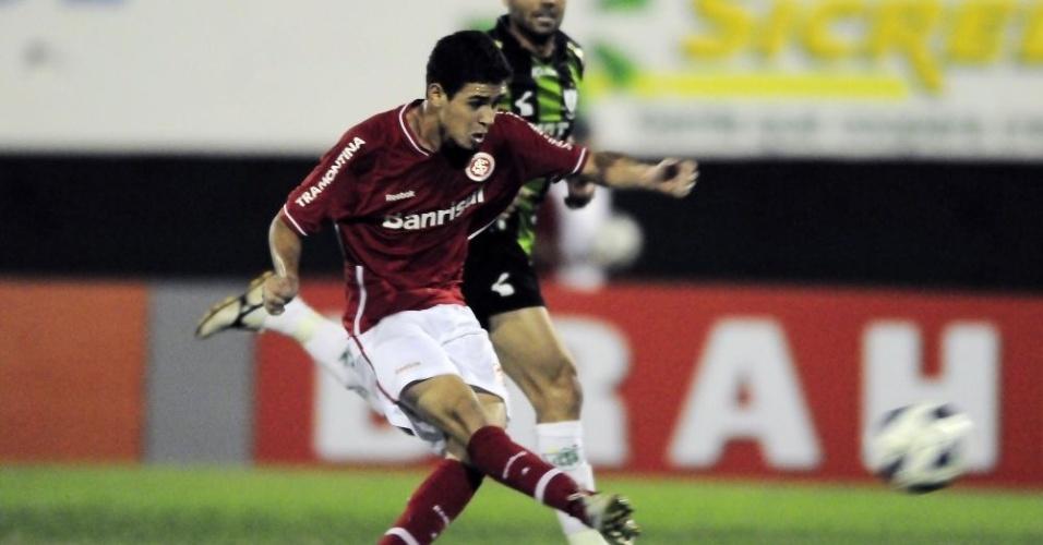 Oscar arrisca chute em Campo Grande, no jogo Inter x América-MG (05/06/11)