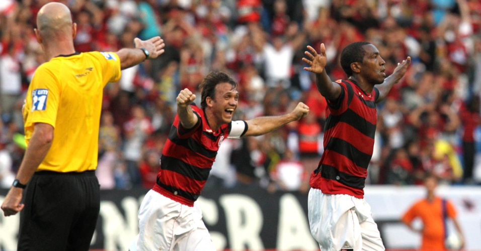Petkovic, que se despediu do futebol neste domingo, vibra com Renato (05/06/2011)