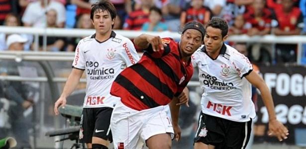 Ronaldinho Gaúcho disputa a bola na partida Flamengo x Corinthians (05/06/2011)