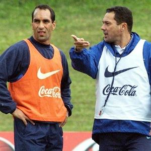 Edmundo conversa com Vanderlei Luxemburgo em treino da seleção brasileira de 2000