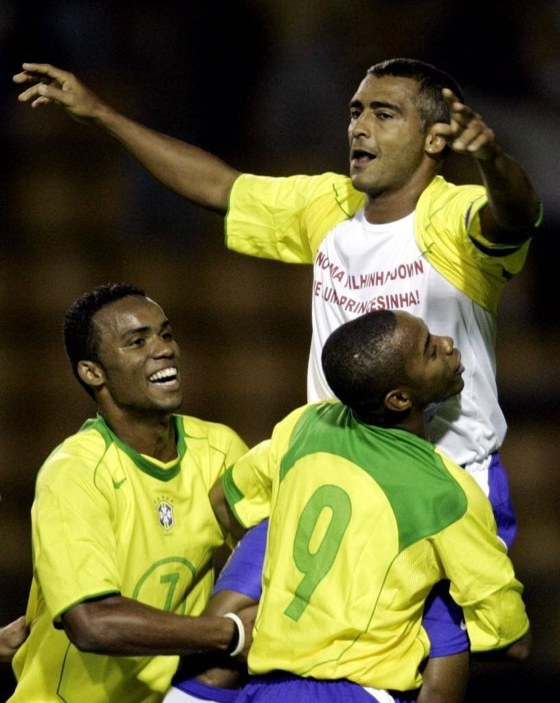 Romário é saudado por Robinho e Carlos Alberto no jogo de despedida pela seleção em 2005