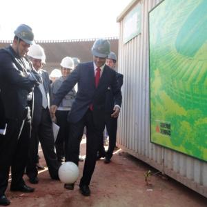 Deputado federal Romário faz embaixadinha durante visita ao Mineirão, em Belo Horizonte
