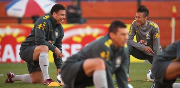 Ronaldo e Neymar brincam durante o treino da seleção realizado nesta segunda - Ricardo Nogueira/Folhapress