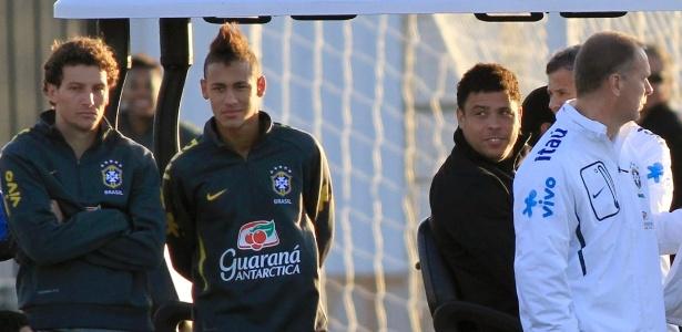 Ronaldo observa Neymar em treino. Santista é o favorito para virar novo ídolo nacional - Nacho Doce/Reuters