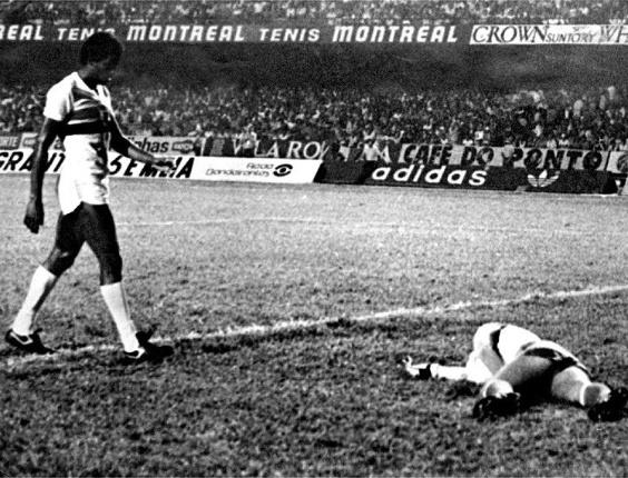 Serginho Chulapa em lance de agressão a Emerson Leão em jogo entre São Paulo e Grêmio pelo Brasileirão de 81