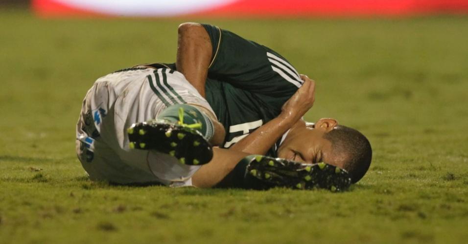 Wellington Paulista machuca o ombro direito durante o jogo entre Palmeiras e Coritiba (11/05/2011)
