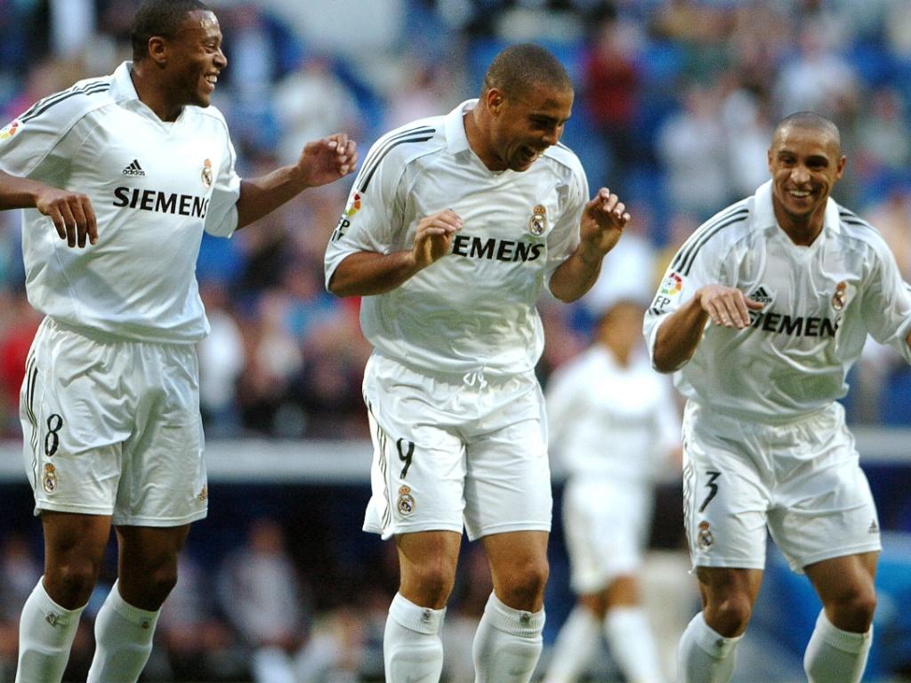 Campeonato Espanhol 2005: O lateral-esquerdo Roberto Carlos (direita), se diverte em campo com colegas Ronaldo e Júlio Baptista no jogo em que o Real Madrid bateu o Mallorca por 4 a 0, em 2005. Os três marcaram gols