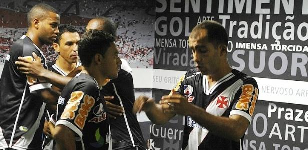 Felipe conversa com os jogadores no vestiário do Vasco em São Januário