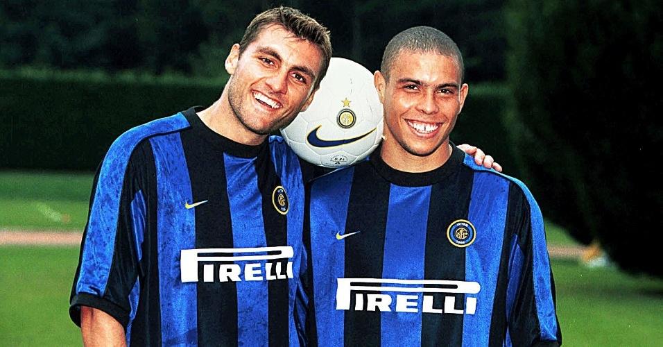 Os atacantes Christian Vieri (e) e Ronaldo posam para fotografia com bola e a camisa da Internazionale de Milão, em 1998