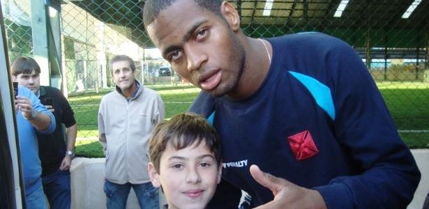 Dedé atende o pequeno torcedor vascaíno após o último treino do Vasco antes da final
