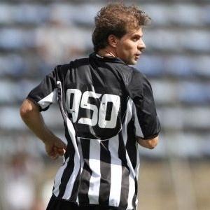 Tulio Maravilha com a camisa comemorativa do gol número 950