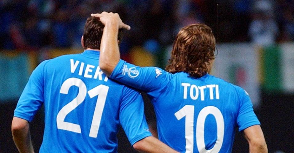 Vieri em Totti nos tempos de seleção italiana. Agora, craques aparecem juntos nas páginas policiais