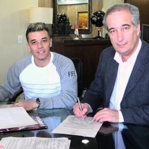D'Alessandro na assinatura de renovação de contrato com o Inter (09/06/11)
