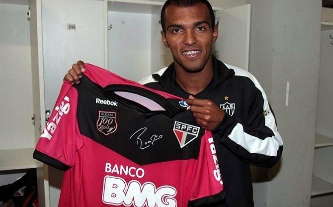 Richarlyson mostra a camisa rosa que ganhou de Rogério Ceni após a derrota do Atlético-MG para o São Paulo (08/06/2011)