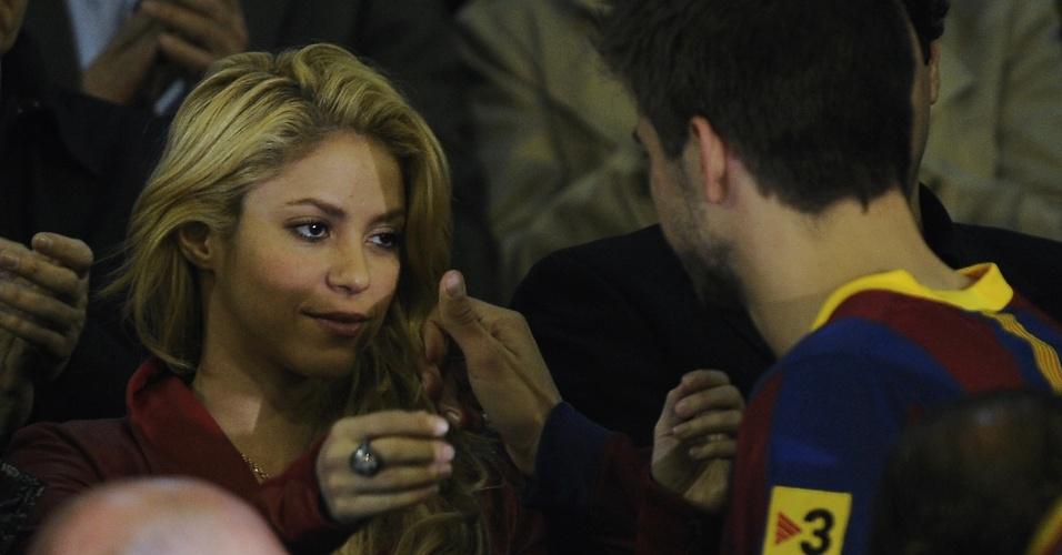 Abr.2011 - Cantora Shakira conforta o namorado Gerard Piqué, do Barcelona, após a perda do título da Copa do Rei para o rival Real Madrid
