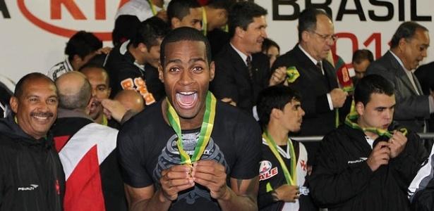 Zagueiro Dedé, ainda no Couto Pereira, comemora o título do Vasco da Copa do Brasil (08/06/2011)