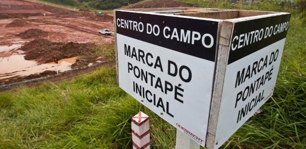 Marca do meio-campo no terreno do futuro estádio corintiano, um dos mais atrasados