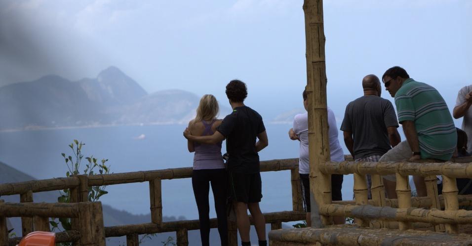 Alexandre Pato e Barbara Berlusconi passeiam pela Vista Chinesa no Rio de Janeiro. Romântico...