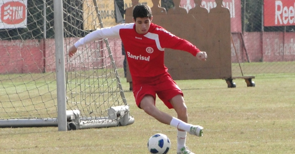 Meia Oscar domina a bola  no treino do Internacional (11/06/2011)
